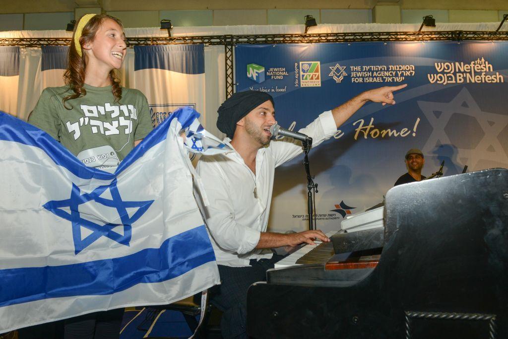 L'artiste Idan Raichel accueille des nouveaux immigrants américains à l'aéroport Ben Gurion