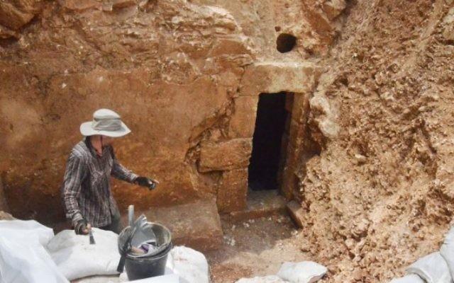L'entrée d'une mikvé datant de la période du Second Temple récemment découverte à Jérusalem. LA découverte a été annoncée par l'Autorité des Antiquités d'Israël le 5 août 2015 (Crédit : Shai Halevy, IAA)