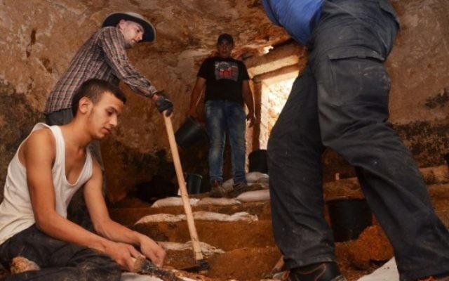 L'intérieur d'une mikvé de la période du Second Temple récemment découverte à Jérusalem ; découverte annoncée par l'Autorité des Antiquités d'Israël le 5 août 2015 (Crédit : Shai Halevy, IAA)