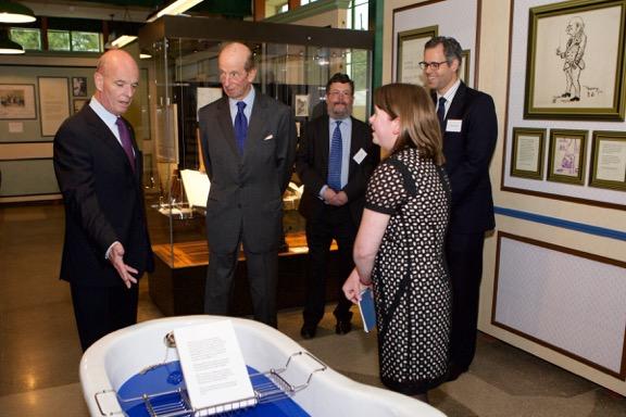 """Prince-Édouard, le duc de Kent (deuxième à gauche) ouvre officiellement """"The Road to Bletchley Park"""" escorté par l'ancien officier de renseignement Sir John Scarlett (extrême gauche), président du Bletchley Park Trust, le 29 juillet 2015. Vu ici , le bain dans lequel on décryptait ses meilleures idées (Crédit : Autorisation)"""