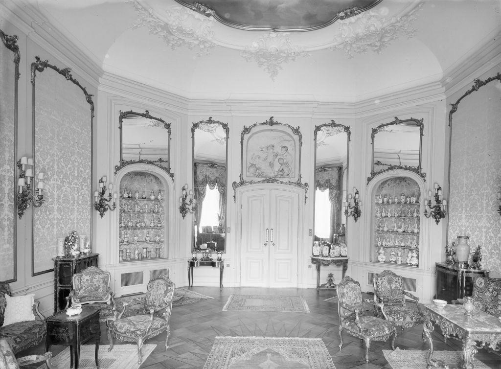 Le salon dans le domaine de la famille Gutmann, Bosbeek, avec le grisaille de Jacob Wit au dessus de la porte, 1928 (Crédit : Autorisation de la famille Goodman)