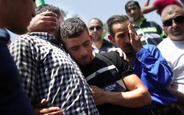 Des proches parents du bébé palestinien qui a péri dans l'incendie criminel de sa maison dans le village  de Duma en Cisjordanie, lors de son enterrement le 31 juillet 2015 (Credit photo: Thomas Coex / AFP)