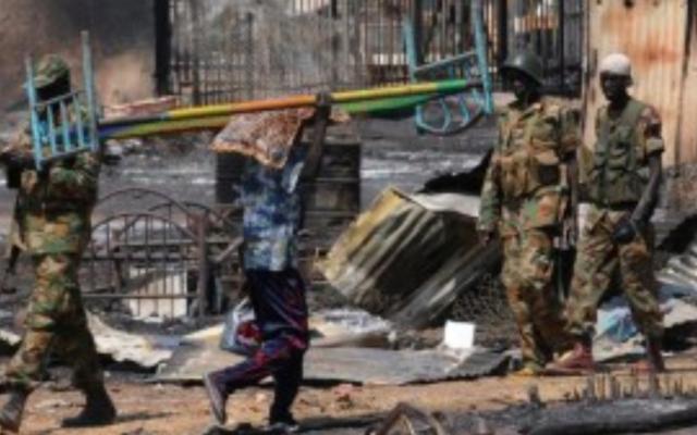 Des soldats de l'armée nationale du Soudan du Sud patrouillent la ville de Bentiu, avril 2014. (Simon Maina / AFP)