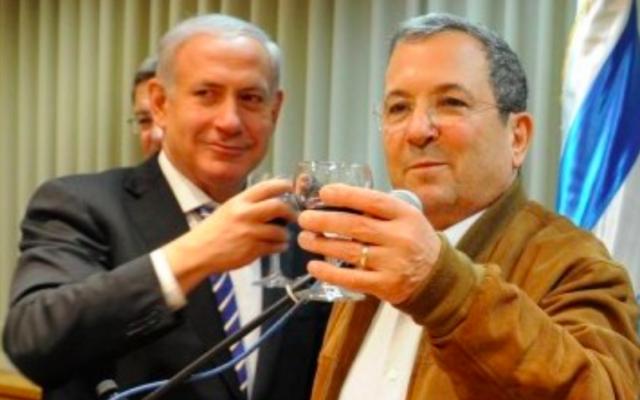 Benjamin Netanyahu et Ehud Barak lors de son 70e anniversaire en février 2012 (Crédit : Ministère de la Défense / Flash90)