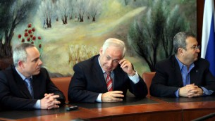 Yuval Steinitz, Benjamin Netanyahu, et Ehud Barak, à la Knesset en 2009 (Crédit : Atta Awisat / Yrdioth Aharonot / flash 90)