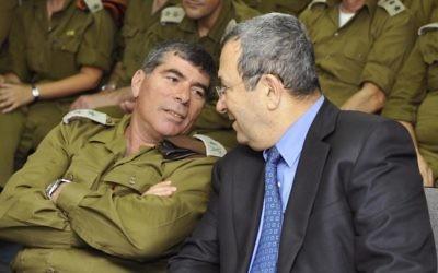 Gabi Ashkenazi, à gauche, parlant à Ehud Barak au siège ministère de la Défense en 2010. (Crédit : Ariel Hermoni/Ministère de la Défense/Flash90)