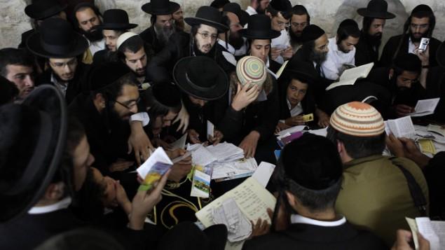 Des juifs orthodoxes prient au tombeau de Joseph dans la ville de Naplouse, en Cisjordanie, en 2011. (Crédit : Yaakov Naumi/Flash90)