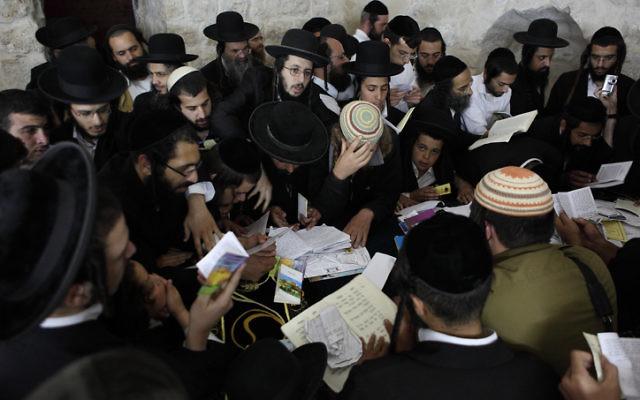 Des juifs orthodoxes prient au Tombeau de Joseph dans la ville de Naplouse, en Cisjordanie, en 2011. Illustration. (Crédit : Yaakov Naumi/Flash90)