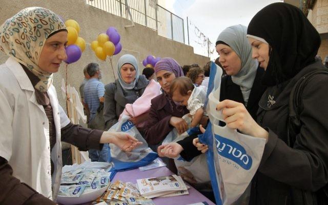 Des femmes arabes assistent à l'ouverture d'une nouvelle clinique de soins pou bébé à Jérusalem-Est en 2011 (Crédit : Miriam Alster / Flash90)