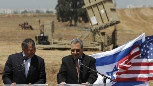 Le secrétaire américain à la Défense, Leon Panetta, près d'une batterie Dôme de fer près d'Ashkelon avec son homologue israélien Ehud Barak le 1er août 2012 (Crédit : Tsafrir Abayov / Flash90)