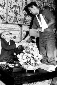 Dans cette phot d'archive du Government Press Office (GPO), le lieutenant de l'époque Benjamin Netanyahu, serre la main du président israélien, Zalman Shazar, lors d'une cérémonie en l'honneur des soldats de l'unité de commando d'élite Sayeret Matkal qui a libéré les otages du détournement de la Sabena, à la résidence du président le 1er Novembre 1972 (Crédit : GPO / Flash90)