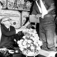 Sur cette photo d'archive du Government Press Office (GPO), le lieutenant de l'époque Benjamin Netanyahu, serre la main du président israélien, Zalman Shazar, lors d'une cérémonie en l'honneur des soldats de l'unité de commando d'élite Sayeret Matkal qui a libéré les otages du détournement de la Sabena, à la résidence du président le 1er Novembre 1972 (Crédit : GPO / Flash90)