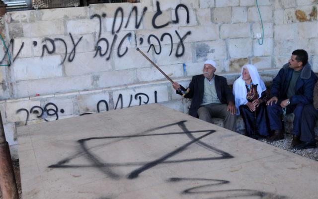 """Les lieux d'une attaque prix à payer attaque, le graffiti dit : """"Un bon Arabe est un Arabe mort"""" (Crédit : Issam Rimawi / Flash90"""