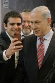 Le Premier ministre Benjamin Netanyahu avec un étudiant Masa en train de prendre un selfie sur son téléphone avant le début de la réunion hebdomadaire du cabinet au bureau du Premier ministre à Jérusalem le 30 mars 2014 (Crédit : Danny Meron / POOL / Flash90)