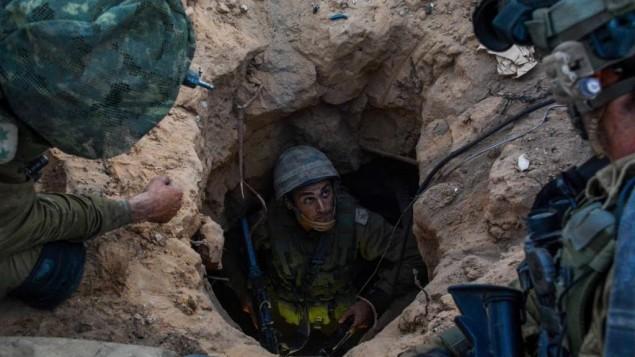 Des soldats de la brigade Givati près d'un tunnel du Hamas en juillet dernier  (Crédit : IDF Spokesperson's Unit/Flash90)
