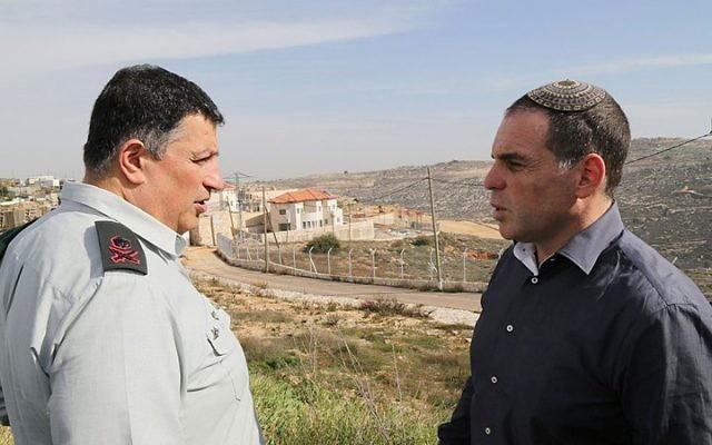 Le coordinateur du gouvernement dans les Territoires, le général Yoav Mordechai (à gauche) avec Oded Ravivi, le chef du  conseil d'Efrat, lors d'une tournée dans l'implantation d'Efrat au Gush Etzion, le 25 janvier 2015 (Crédit : Gershon Elinson / Flash90)