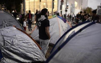 Les militants sociaux israéliens manifestant contre les coûts des logements élevés près des tentes sur le boulevard Rothschild à Tel-Aviv le 1er mars 2015 (Crédit : Tomer Neuberg / Flash90)