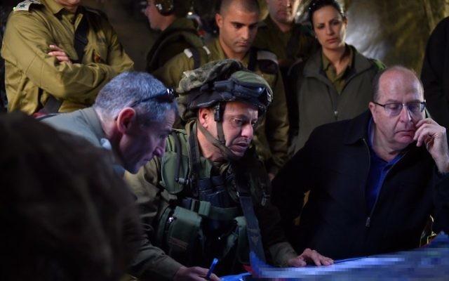 Le ministre de la Défense Moshe Yaalon avec le colonel Asher Ben-Lulu, un commandant de Kfir, la brigade d'infanterie de l'armée israélienne, lors d'un exercice de l'armée dans le plateau du Golan le 2 avril 2015 (Crédit : Ariel Hermoni / Ministère de la Défense)
