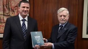 Le contrôleur d'État Yossef Shapira (à droite) remet le rapport du contrôleur de l'Etat à la Knesset au président Yuli Edelstein, le 5 mai 2015 (Crédit : Isaac Harari / Flash90)
