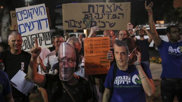 Des Israéliens manifestent contre le ministre des Finances, Moshe Kahlon, et le conglomérat américano-israélienne Delek-Noble sur le plan de développement de réserves de gaz naturel d'Israël, à Tel Aviv, le 30 mai 2015 (Crédit : Flash90)