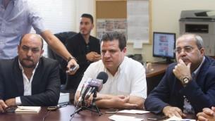 De la Liste arabe unie, Ayman Odeh, vu avec Masud Gnaim, à gauche, et le député Ahmed Tibi à la réunion hebdomadaire à la Knesset, à Jérusalem, le 29 juin, 2015. (Crédit photo: Miriam Alster / Flash90)