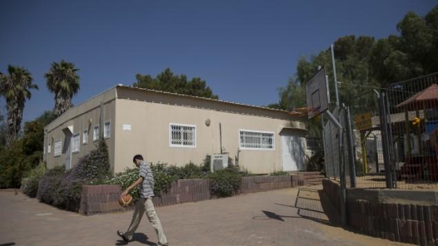 Un jeune garçon juif joue au basket dans le quartier temporaire Karmei Katif (Crédit : Hadas Parush / flash 90)