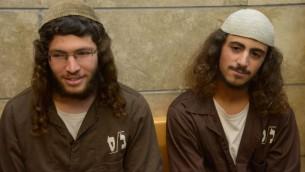 Yinon Reuveni (à droite) et Yehuda Asraf, soupçonnés d'avoir vandalisé l'église de la Multiplication des pains et des poissons à Tabgha, sur le rivage de la mer de Galilée, à la cour de district de Nazareth le 29 juillet, 2015. (Crédit : Basel Awidat / Flash90)