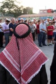la sheikh Ibrahim Ahmad Abu el-Hawa (au centre), avec le rabbin Yaakov Nagen (à gauche) et le rabbin Benjamin Kalmanzon, de la Yeshiva Otniel, avec d'autres rabbins, au cours d'une veillée pour la famille Dawabsha au Gush Etzion, le 2 août 2015 (Crédit : Nati Shohat / Flash90)