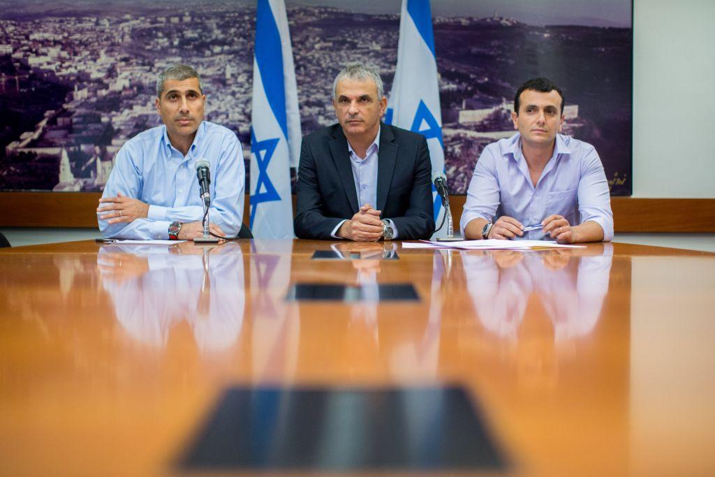 Le ministre des Finances Moshe Kahlon (au centre), avec le directeur général du ministère des Finances Shai Babad (à droite), et le dirigeant du ministère du budget Amir Levi (à gauche) lors de la présentation du budget de l'Etat pour 2015-16 à Jérusalem, le 2 août 2015 (Crédit : Yonatan Sindel / Flash90)