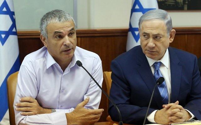 Le Premier ministre Benjamin Netanyahu et le ministre des Finances, Moshe Kahlon à la réunion hebdomadaire du cabinet à Jérusalem, le 5 août 2015 (Crédit : Marc Israel Sellem / Flash90 / Pool)