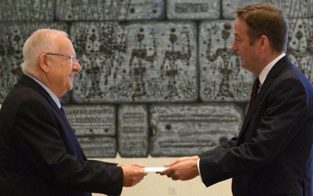 Le président Reuven Rivlin accueille le nouvel ambassadeur de la Grande-Bretagne en Israël, David Quarrey, à la résidence du Président à Jérusalem le 6 août 2015 (Crédit : Mark Neyman / GPO)
