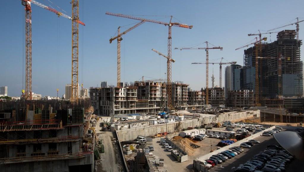 La construction dans le centre de Tel Aviv le 10 août 2015 (Crédit : Miriam Alster / FLASh90)