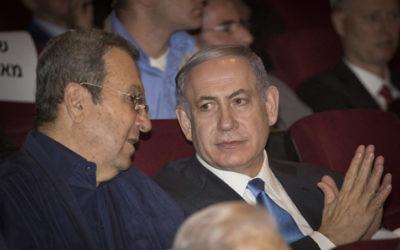 Le Premier ministre Benjamin Netanyahu et l'ancien Premier ministre Ehud Barak pendant la projection du documentaire sur l'opération Isotope de 1972 pour sauver l'avion Sabena détourné, au Cinema City de Jérusalem, le 11 août 2015. (Crédit : Hadas Parush/Flash90)