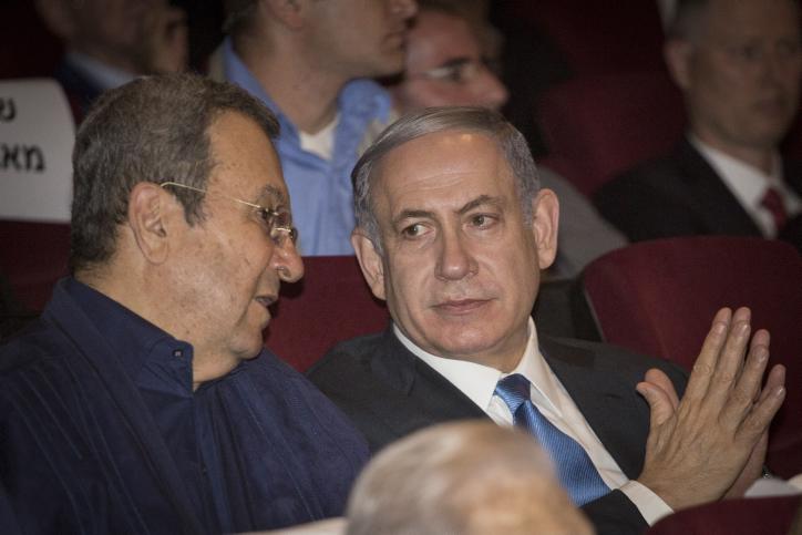 Le Premier ministre Benjamin Netanyahu et l'ancien Premier ministre Ehud Barak à une projection du documentaire sur l'opération « Isotope », l'opération en 1972 pour sauver l'avion Sabena détourné, au Cinema City de Jérusalem le 11 août 2015 (Crédit : Hadas Parush / Flash90)