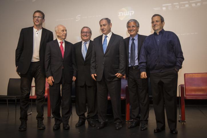 L'ancien Premier ministre Ehud Barak (à droite), le Premier ministre Benjamin Netanyahu (au centre), l'ancien président Shimon Peres (2eme à gauche) et les producteurs du film posant pour une photo de groupe après la projection d'un film sur l'opération « Isotope », l'opération de 1972 pour sauver un avion de la Sabena détourné, au Cinema City  de Jérusalem le 11 août 2015 (Crédit : Hadas Parush / Flash90)