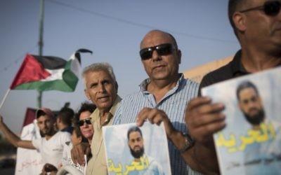 Des Palestiniens et Bédouins manifestent contre la libération de Muhammed Allaan, dans la ville bédouine de Rahat, le 18 août 2015 (Crédit : Hadas Parush/Flash90)
