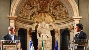 Le Premier ministre italien, Matteo Renzi (à droite) avec le Premier ministre Benjamin Netanyahu lors d'une conférence de presse conjointe au Palazzo Vecchio à Florence, en Italie le 29 août, 2015. (Crédit : Kobi Gideon / GPO)