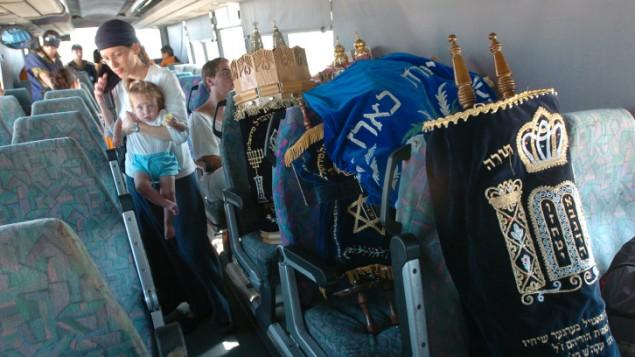 Les résidents d'implantation israéliens et les rouleaux de la Torah évacués de la bande de Gaza le 21 août 2005 (Crédit : Nati Shohat / flash 90)