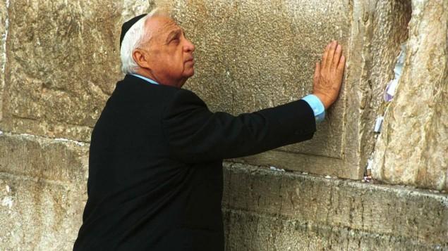 Ariel Sharon au Mur occidental en 2001 (Crédit : Nati Shohat, Flash90)