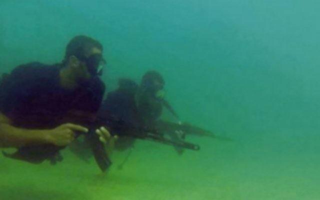 Des commandos de marine du Hamas, vu dans une image fixe d'une vidéo de propagande publiée par le groupe terroriste pendant l'opération Bordure protectrice, à l'été 2014. (Capture d'écran)