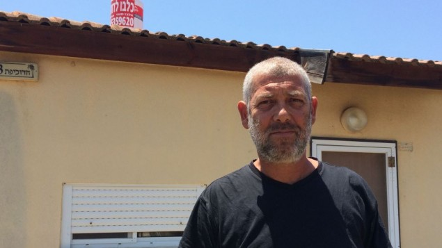 Aviel Eliaz, le maire de Nitzan B, devant sa Caravilla à Nitzan (Crédit : Luc Tress / Times of Israël)