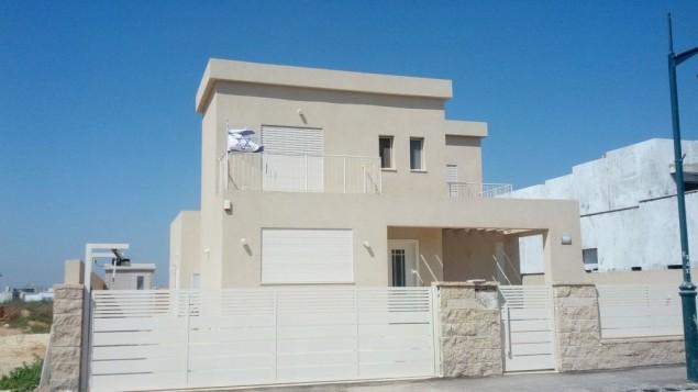Après une décennie dans une caravane, la famille israélienne a emménagé dans cette spacieuse maison de deux étages à Beer Ganim au printemps dernier. (Crédit : Melanie Lidman / Times of Israël)