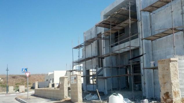 Une maison en construction dans la ville de Beer Ganim (Crédit : Melanie Lidman / Times of Israel