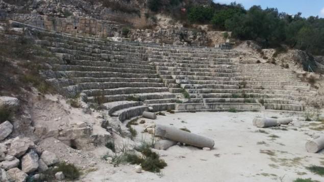 Les vestiges du théâtre romain à Sebastia (Crédit : Ilan Ben Zion/Times of Israel)