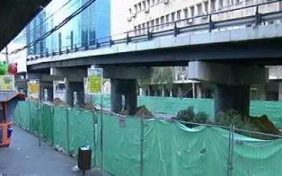 Capture d'écran d'une vidéo montrant la démolition du pont Maariv à Tel Aviv (YouTube / Times of Israel)