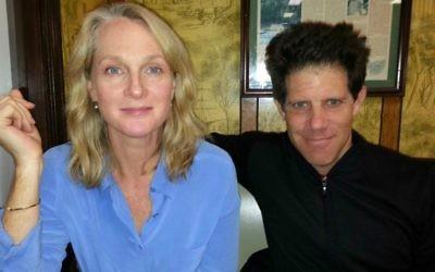 Une photo datant de 2014 de l'auteur de la série 'Orange is the New Black' , Piper Kerman, avec son mari Larry Smith, l'inspiration derrière le Larry juif de la série sur Netflix (Crédit : Autorisation)