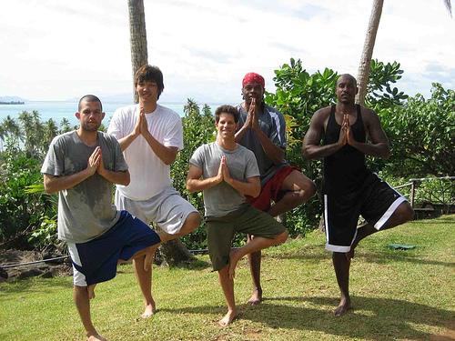 Larry Smith, au centre, lors d'une retraite de yoga de la NBA à Bora Bora (Crédit : Autorisation)