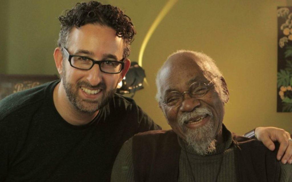 Le réalisateur Jeff Lieberman, à gauche, avec le musicien Emile Latimer, qui a collaboré avec Nina Simone. (Crédit : Cheryl Gorski/via JTA)