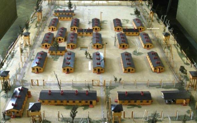 """Maquette du Stalag Luft III utilisée pour le film """"La grande évasion"""" qui raconte la tentative d'évasion de 76 prisonniers de cette prison allemande dont Paul Royle, qui vient de décéder (Crédit : archidiecezja.lodz.pl/CC 3.0/Wikimédia)"""