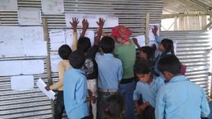 Des bénévoles de Natan travaillant avec les enfants dans la région de Sidhupalchowk pour faire face aux traumatismes émotionnels à la suite des tremblements de terre  (Photo: Yoav Ben Bassat / Natan)